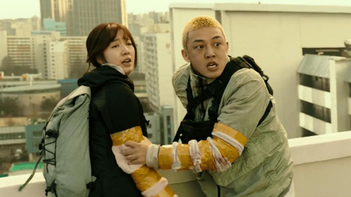 Kim Yoo-bin (Park Shin-hye) and Oh Joon-woo (Yoo Ah-in) panic as the zombies draws closer to them
