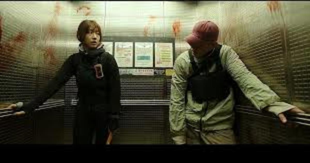 Kim Yoo-bin (Park Shin-hye) and Oh Joon-woo (Yoo Ah-in) safe in the elevator