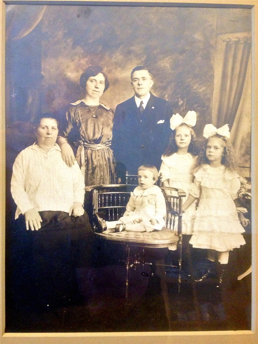 1922 family picture of Francesca and Stanislav, Sophie, Frances, Stanley, Jr. with Francesca's mother, my great grandmother.