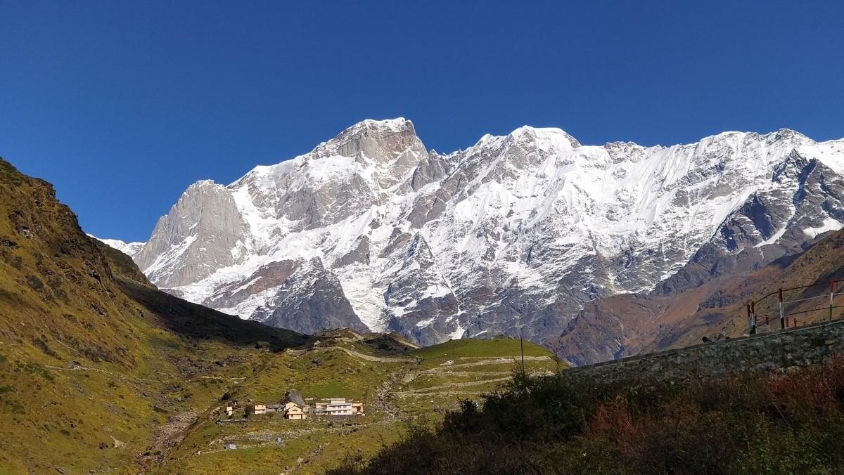 Kedarnath Peak (on left) is at 30 degrees 47 minutes 42 seconds North, 79 degrees 04 minutes 10 seconds East, and  Kedarnath Dome (on right) is at 30 degrees 48 minutes 31 seconds North, 79 degrees 04 minutes 44 seconds East