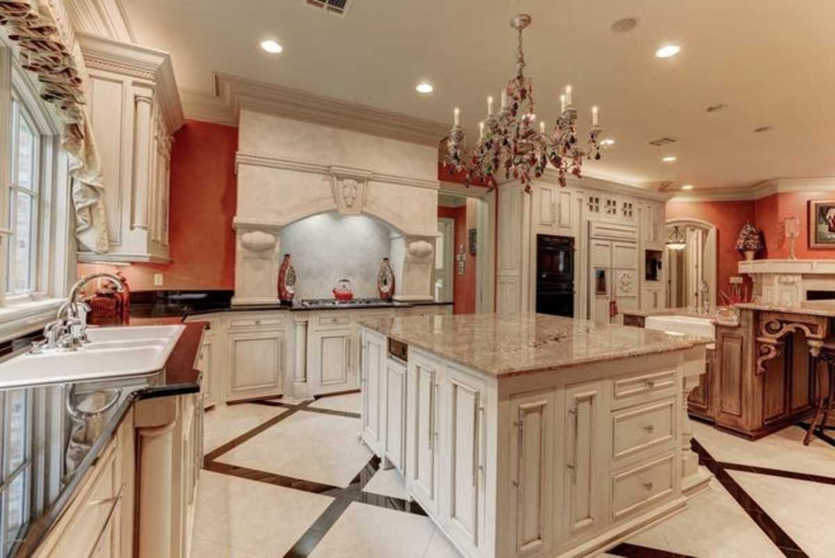 Install lights throughout the kitchen. Opt for colors in red, orange, and white. The kitchen should be dominated by yang energy for the Leo sign.