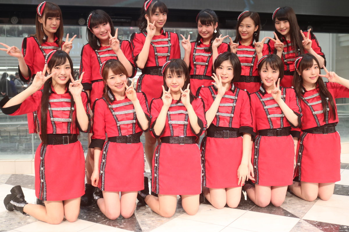 A group photo of Morning Musume 17. Band leader Mizuki Fukumura is at the far right of the first row.