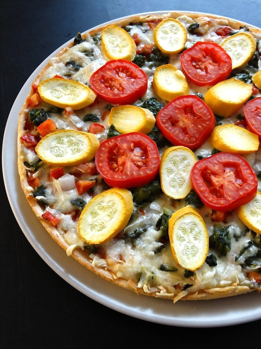Cheese pizza with veggies