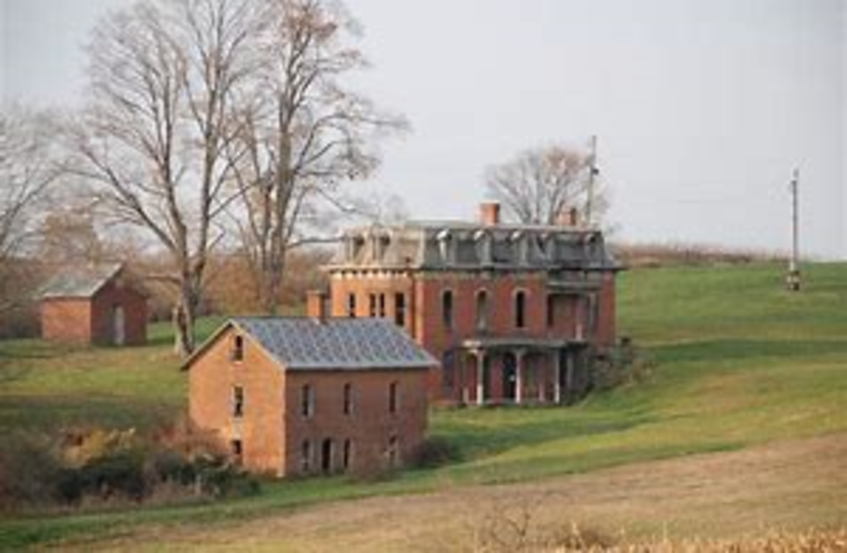 Mudhouse Mansion with Slave House