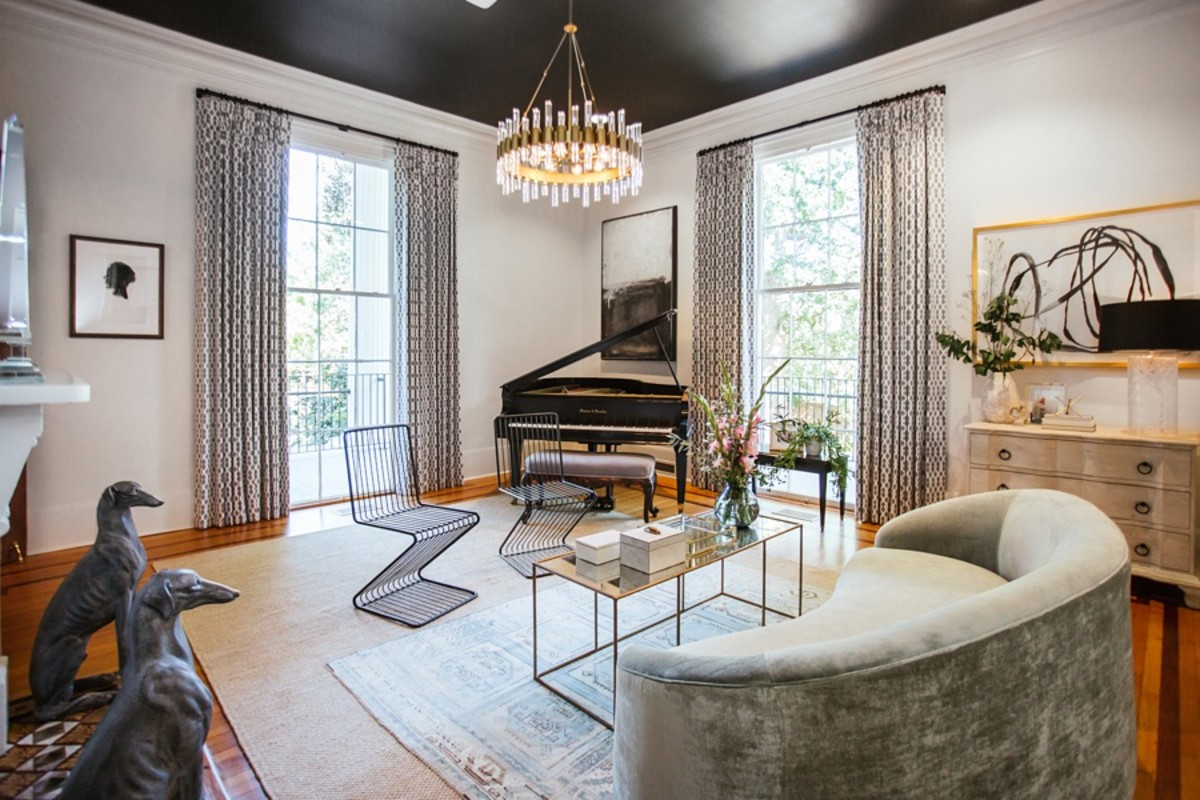 The metal feng shui living room should be a place to relax. The colors shouldn't be too striking. There should be elements of play, like a piano.