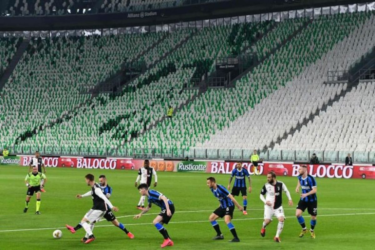 Italian giants, Juventus and Inter Milan square off in an empty stadium.