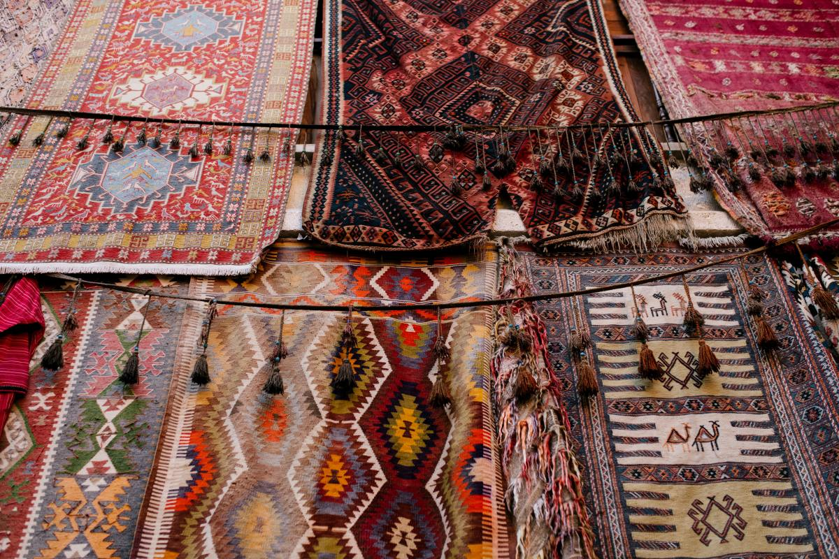 reasons-why-solid-area-rugs-with-borders-are-a-good-idea