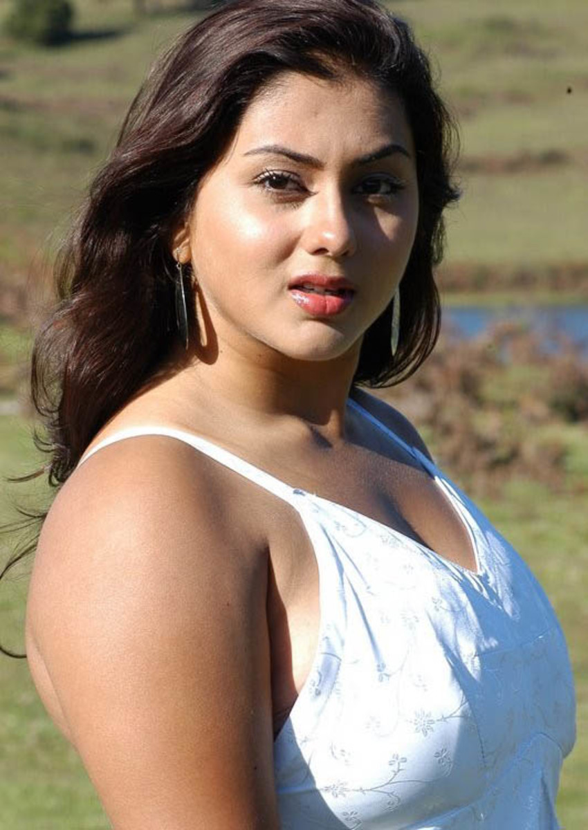 Hot Namitha in Azhagana Ponnuthan