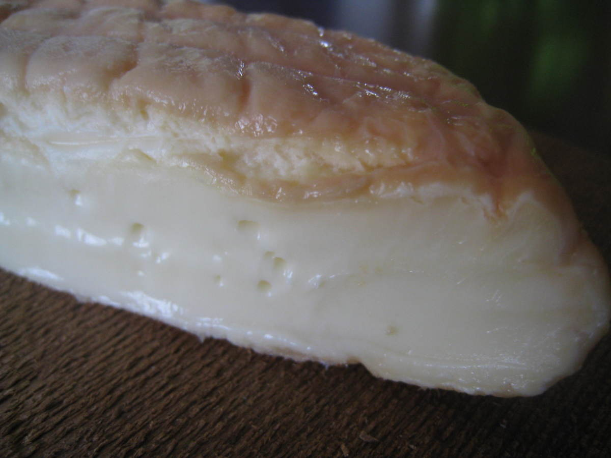 Epoisses de Bourgogne pairs really well with strong red wines as well as spicy white wines.