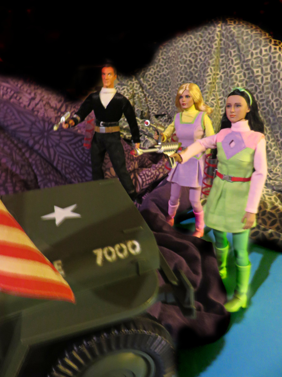 Oh No, what kind of trouble has Doctor Smith lead Judy and Penny into now.  Judy, Penny and Doctor Smith, all made by Made by Executive Replicas TBLeague … Lost in Space