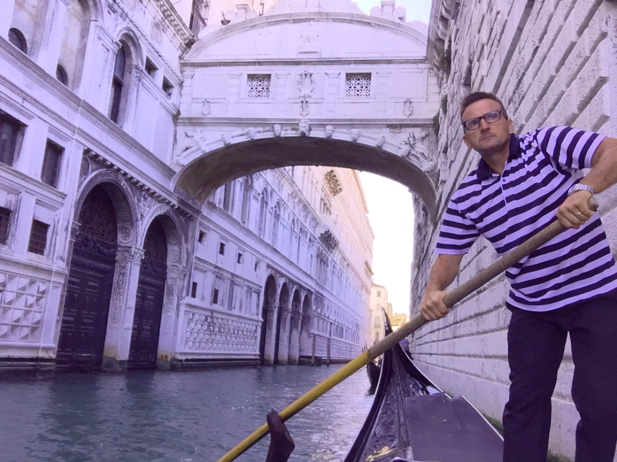 Gondolier in front of the Bridge of Sighs
