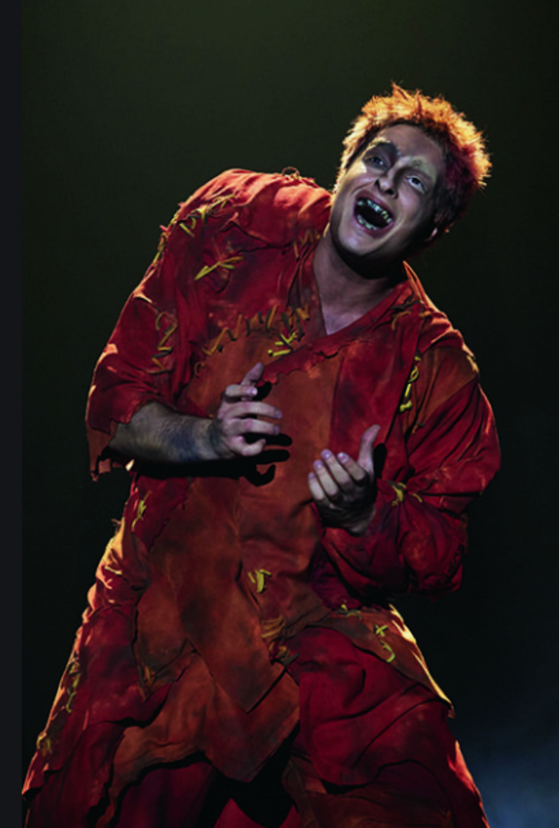 Angelo Del Vecchio as Quasimodo in the French Language World Tour Cast