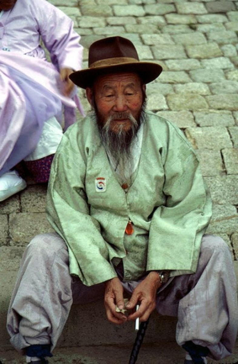 A photo of an old man sitting in Gyeongju, Korea.