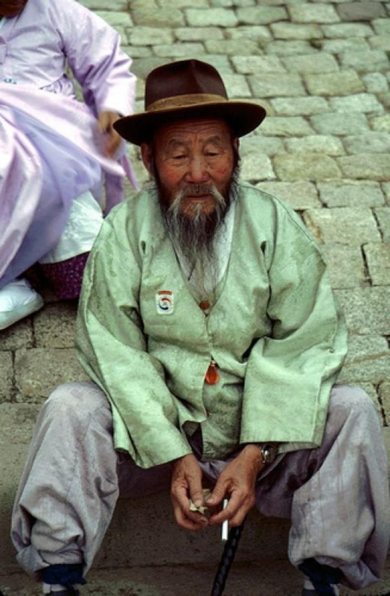 A photo of an old man sitting in Gyeongju, Korea.
