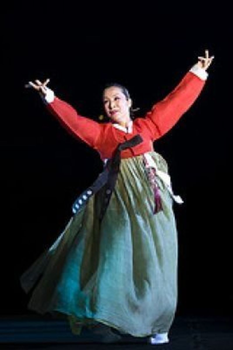 Korean dancer wearing a hanbok.