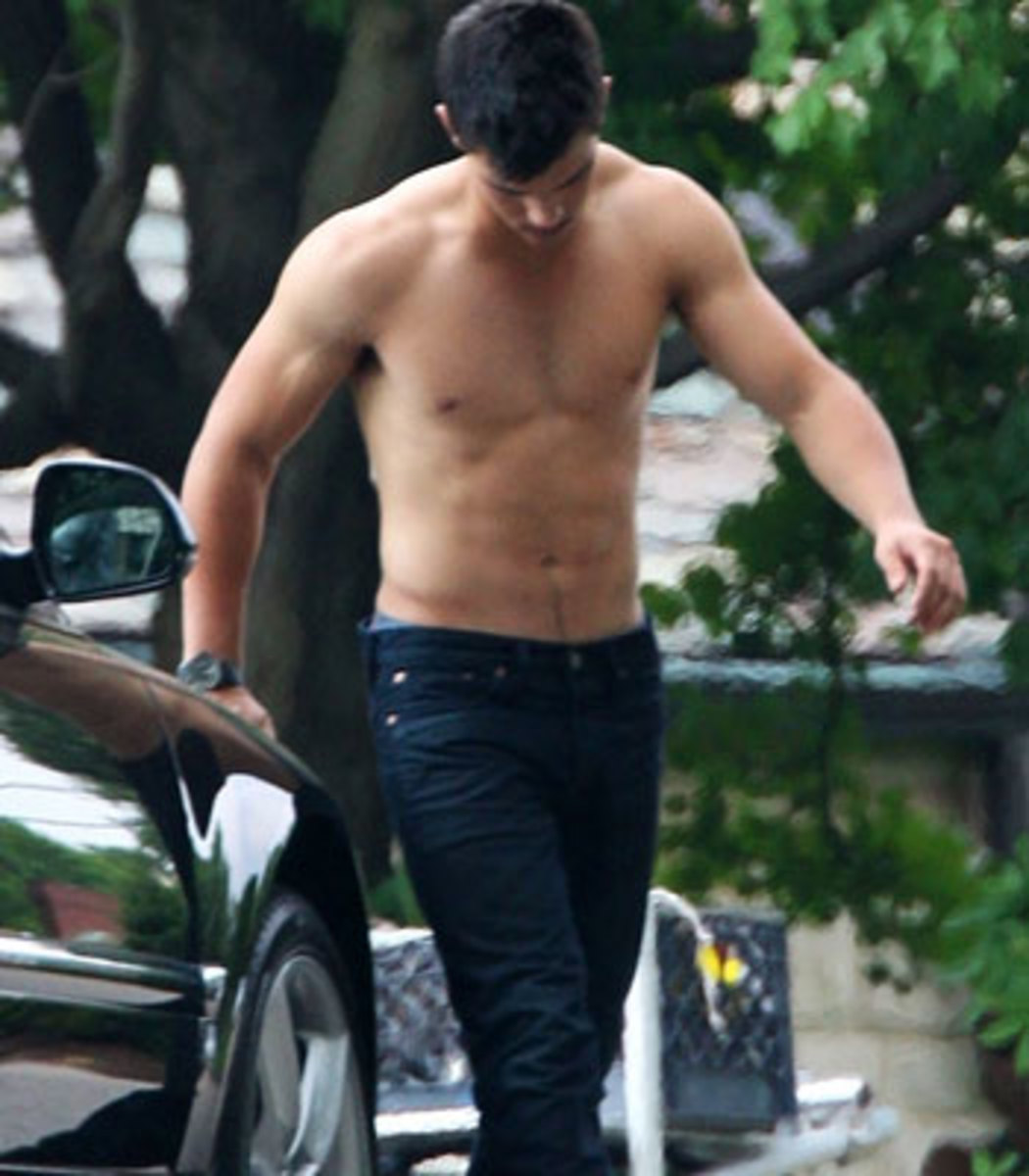 Taylor Lautner - Shirtless Scene from the 2011 release of Abduction.  Try not to pass out...