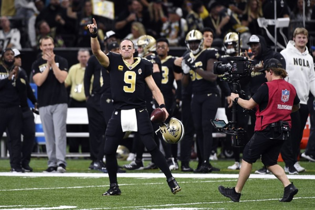 Brees giving recognition to the Louisiana Superdome after Breaking the All-Time Touchdown Pass Record.