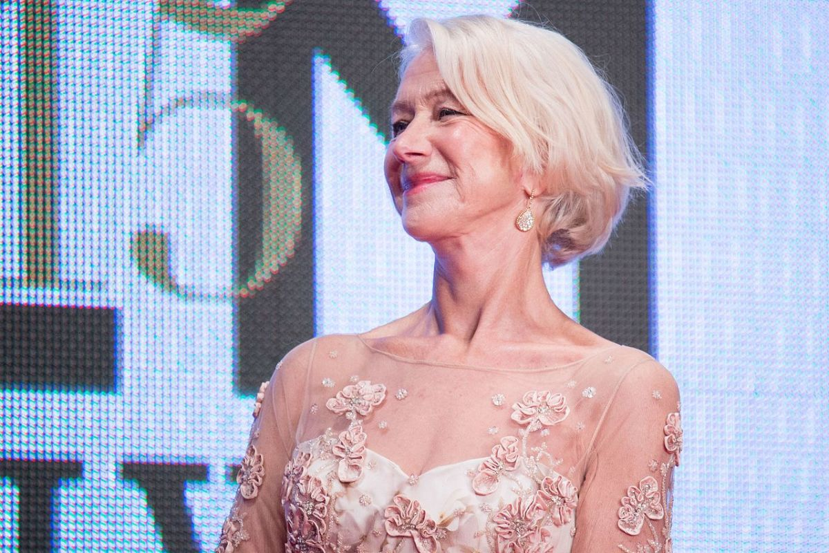 Helen Mirren stopped dying her hair and lets her natural hair shine.