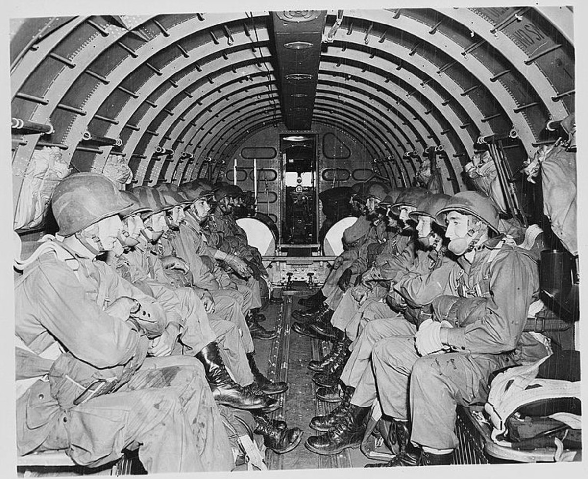 WW2: U.S. Army paratroopers in a Douglas C-47 (1942)