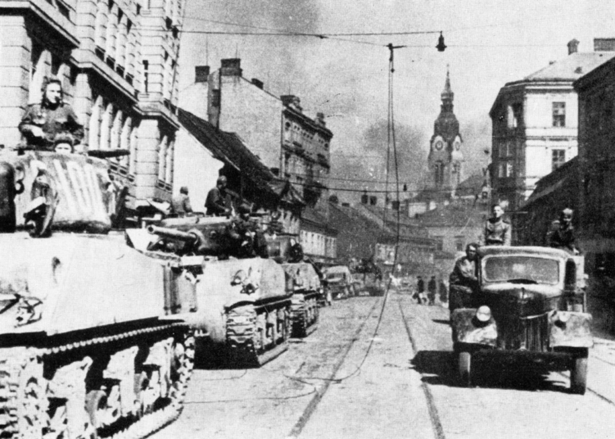 WW2: American M4A2 Sherman tanks in Soviet service advancing in Czechoslovakia (April 1945)