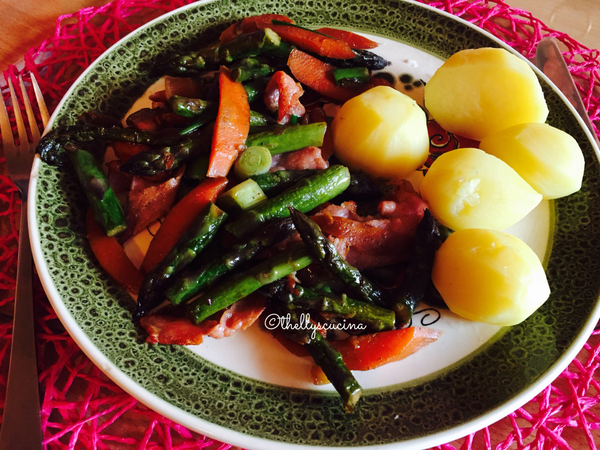 Asparagus with bacon served with boiled potatoes.