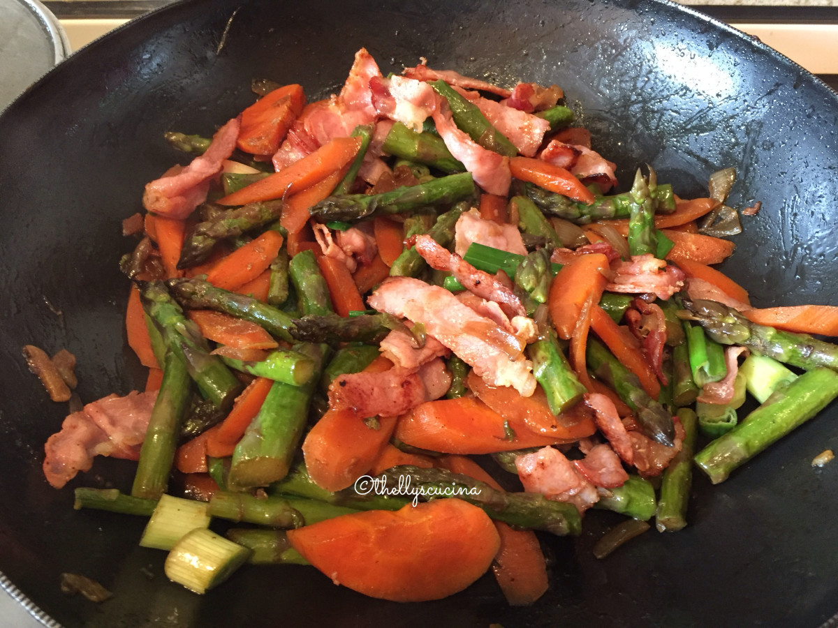 This is the easy and delicious asparagus with bacon, ready to be served.