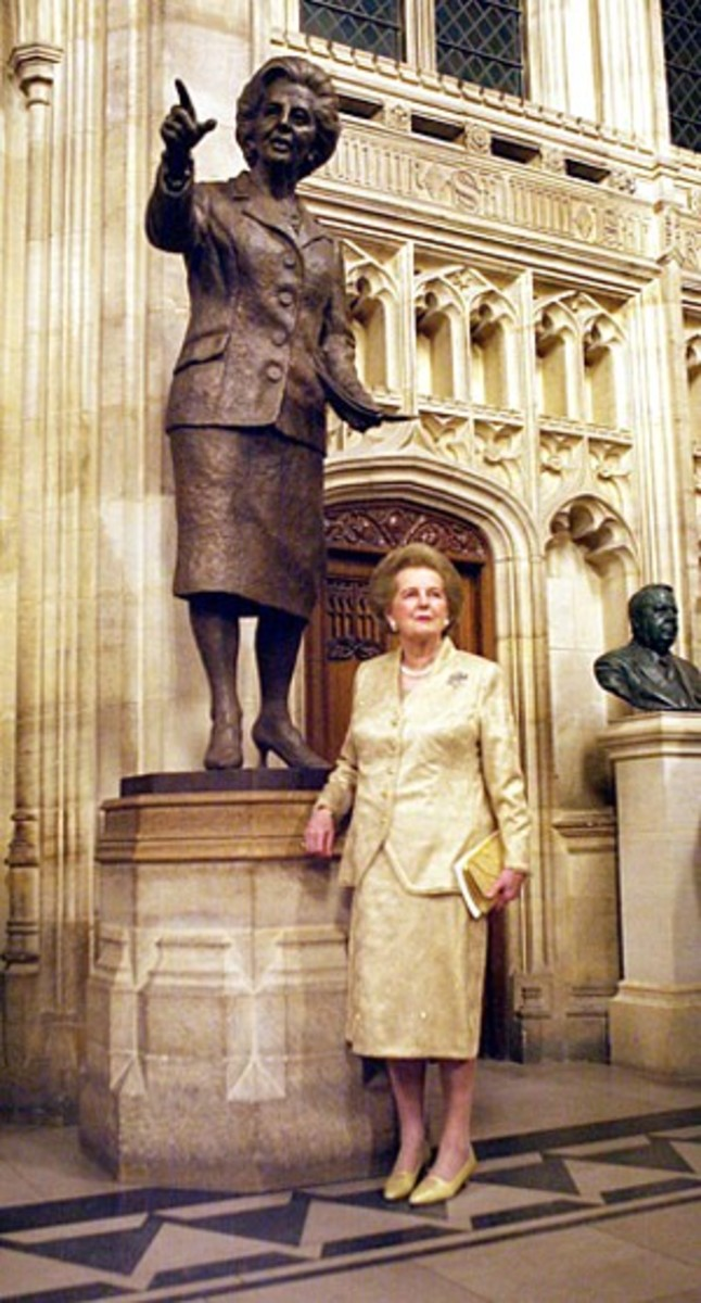 LADY MARGARET THATCHER POSES WITH HER STATUE IN PARLIAMENT