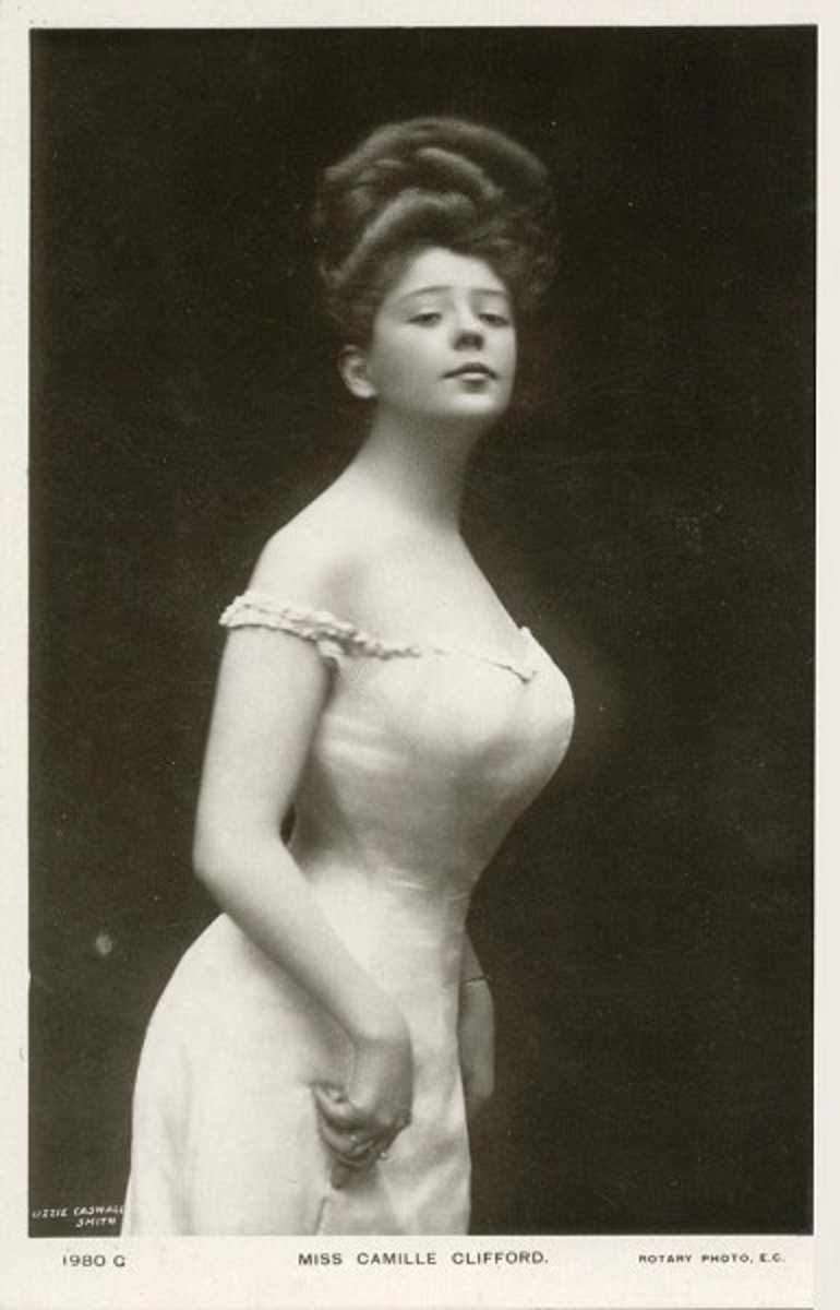 'The straightfront corset'appeared in 1900 to the early 1910s.It was introduced to create the illusion of a slimmer waist by forcing the hips back and bust forward