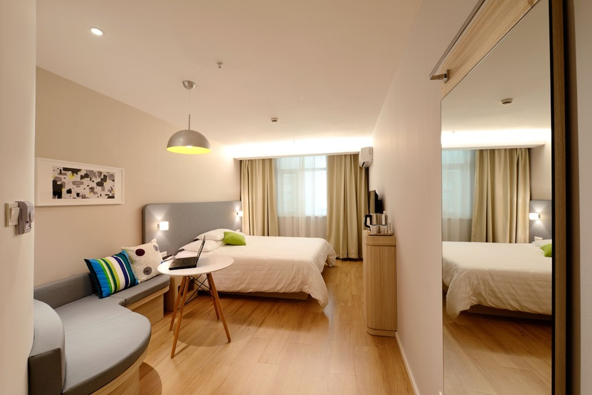 This modern hotel room creates a calm, uncluttered vibe.