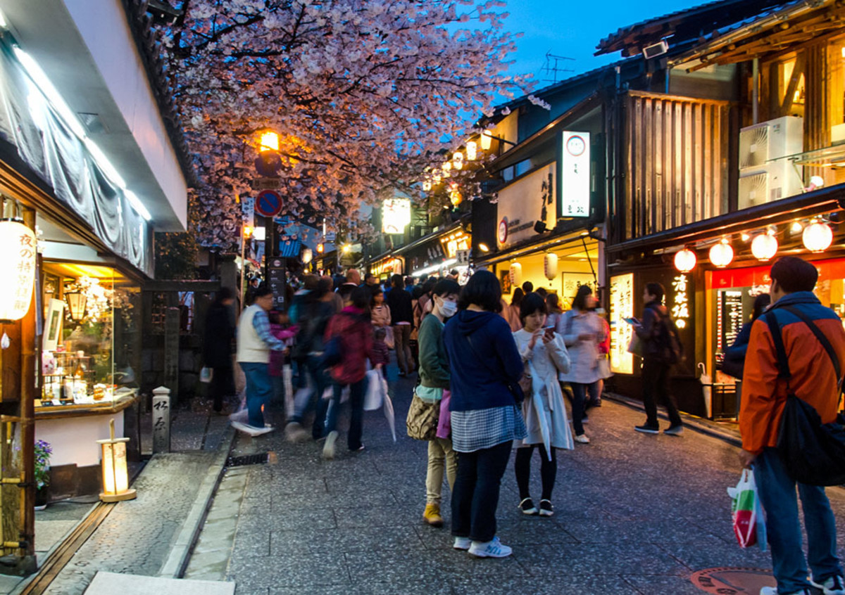 Hanatorou at Kyoto's famous Sannenzaka. Do note, though, that such light-ups could be crowded.