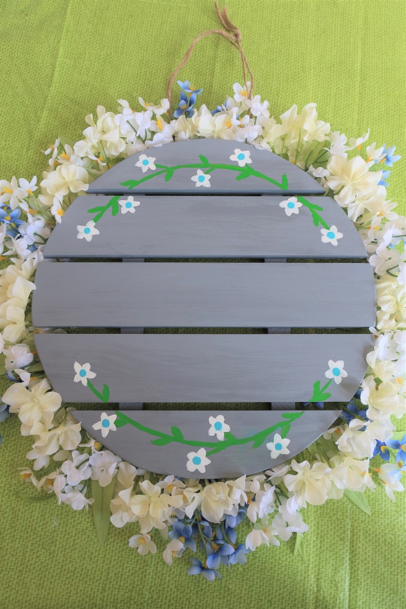diy-craft-tutorial-how-to-make-a-welcome-wreath-from-a-wood-pallet