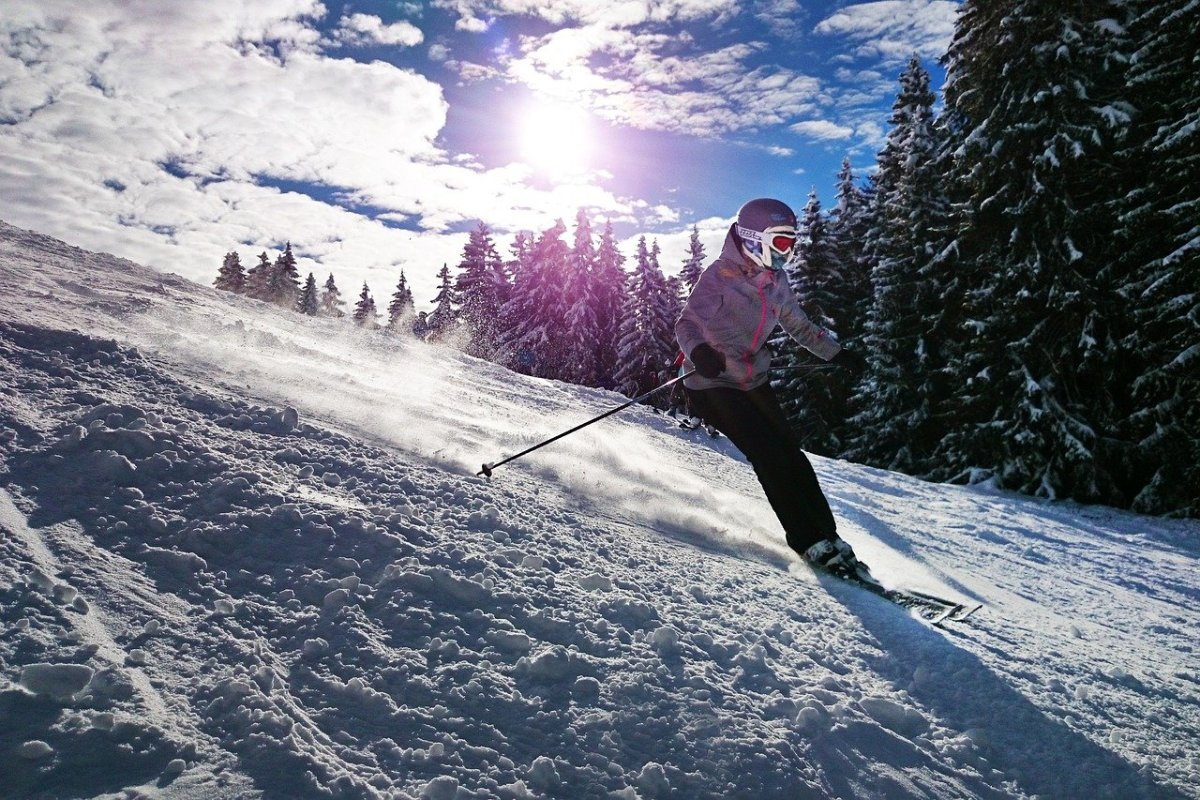 Skiing: Image by Rolf van de Wal from Pixabay