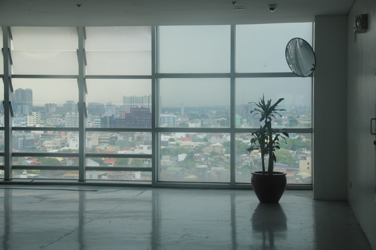 The glass panels serve as windows to the cityscape (Photo by the author)