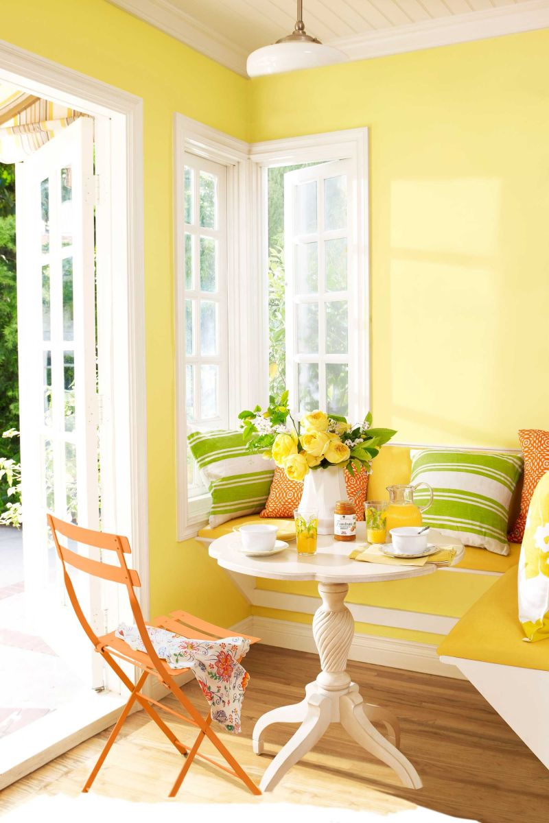 We found the best paint color for the small breakfast dining set.