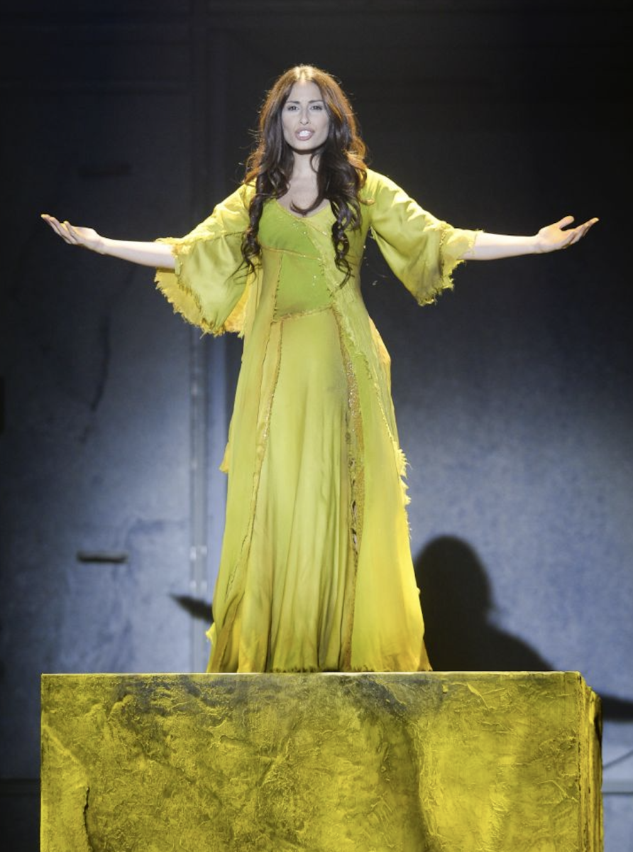 Hiba Tawaji as Esmeralda in the 2016 French Tour