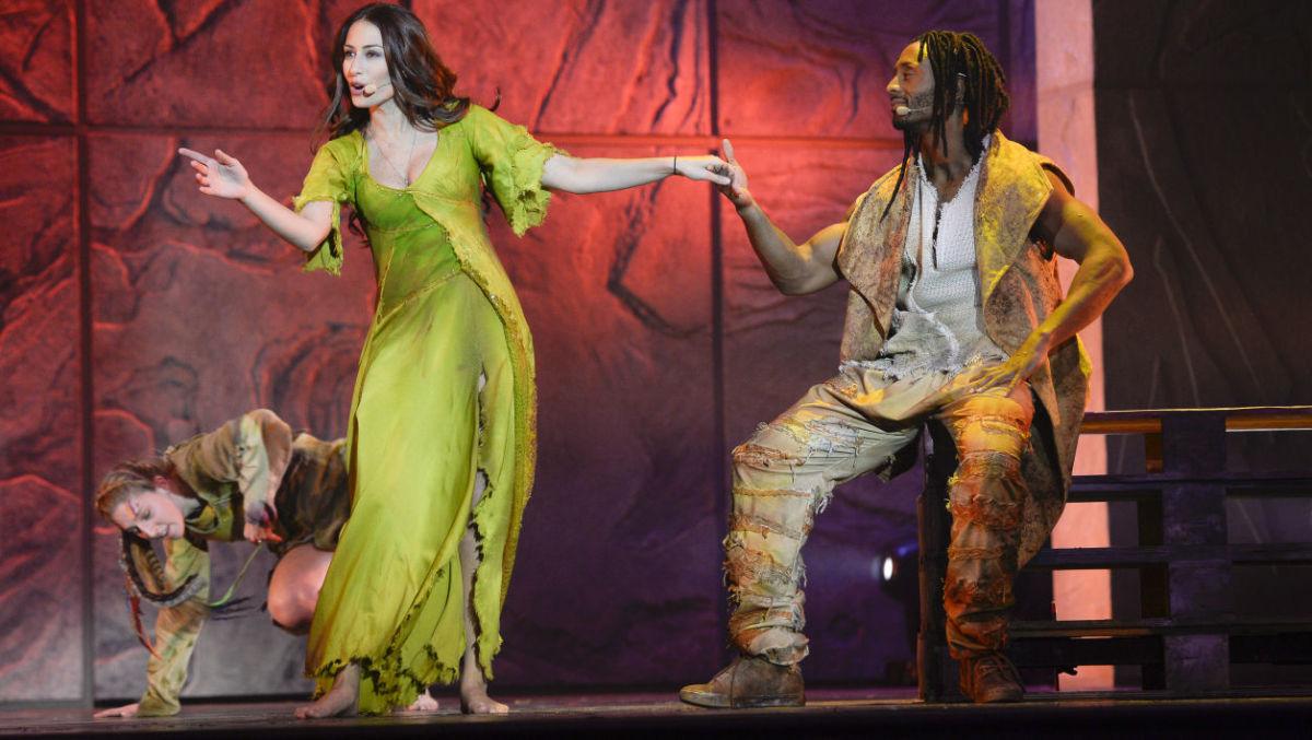 Hiba Tawaji as Esmeralda and Jay as Clopin in the 2016 French Tour