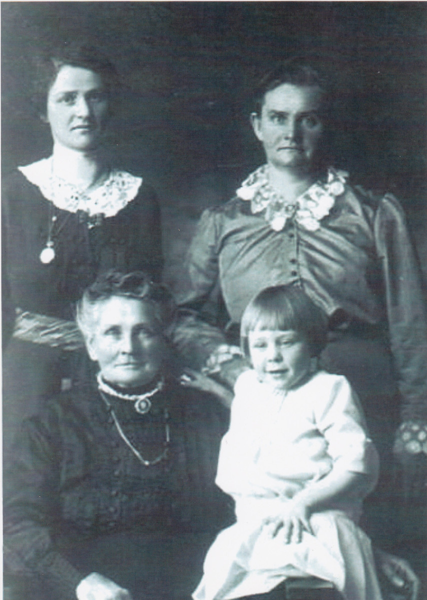 Bertha Kuehn, Tekla Kuehn, Tekla's daughter Emma Anchutz, and Emma's child, Marion.  Picture taken probably around 1915