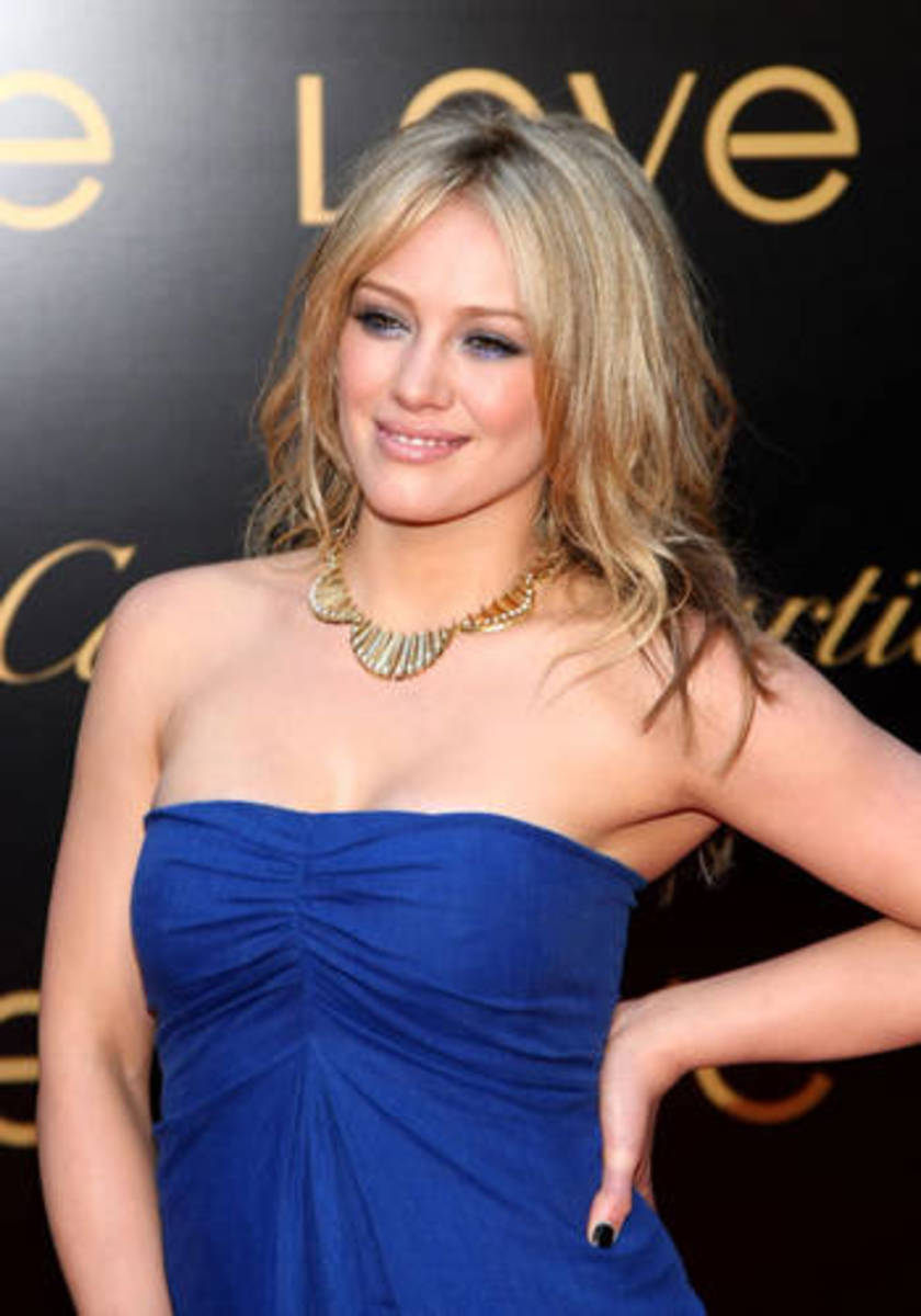 Hillary Duff's elegant gold necklace is perfect for a date night or formal evening wear