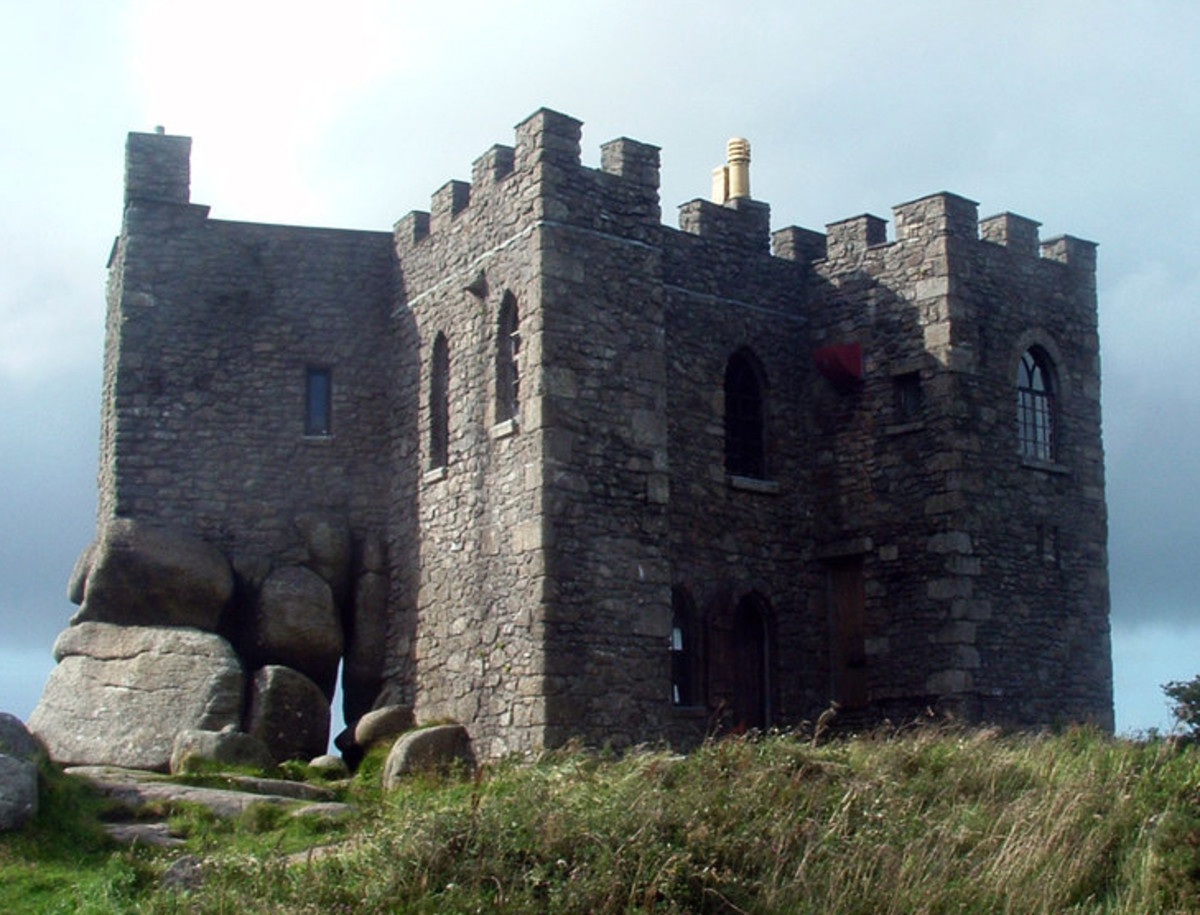 Casltes in Cornwall: Carn Brea Castle.    CC BY-SA 3.0