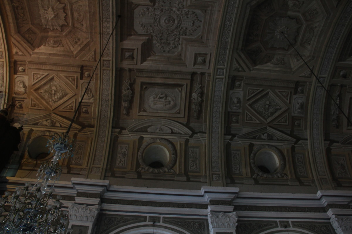 Look closely at the paintings on the ceiling, they seem like 3-dimensonal carvings (Photo by the author)