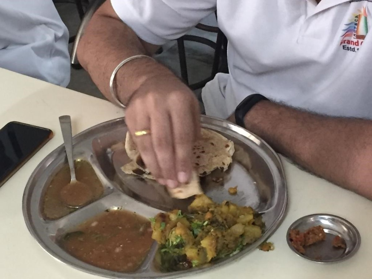 indians-eating-with-hands