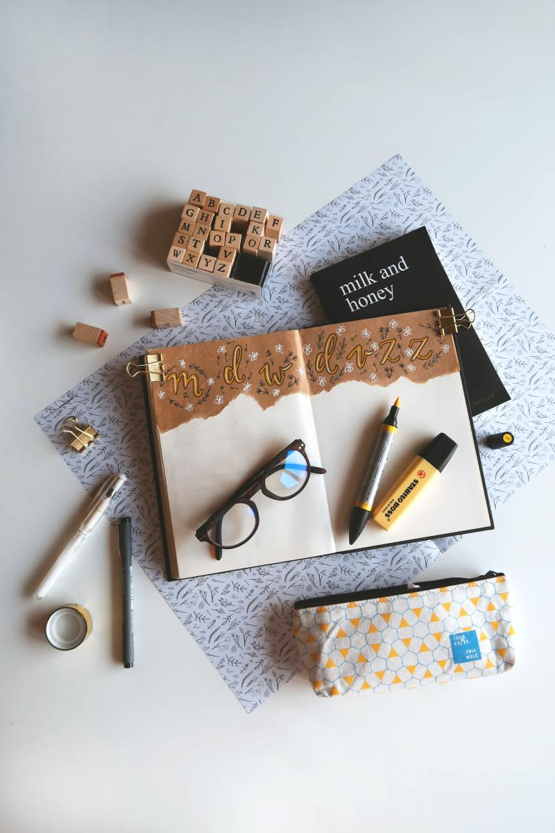 A fantastic combination between the kraft paper and pastel yellow colors here.