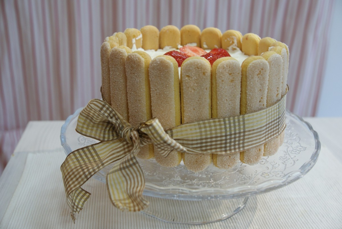 Cake decorated with sponge biscuits (ladyfingers)