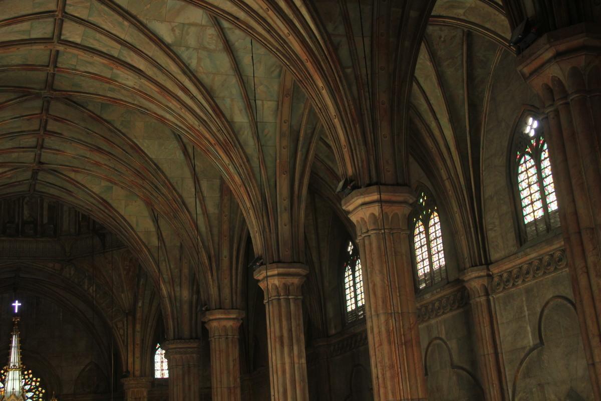 Clustered columns inside San Sebastian Church (Photo by the author)
