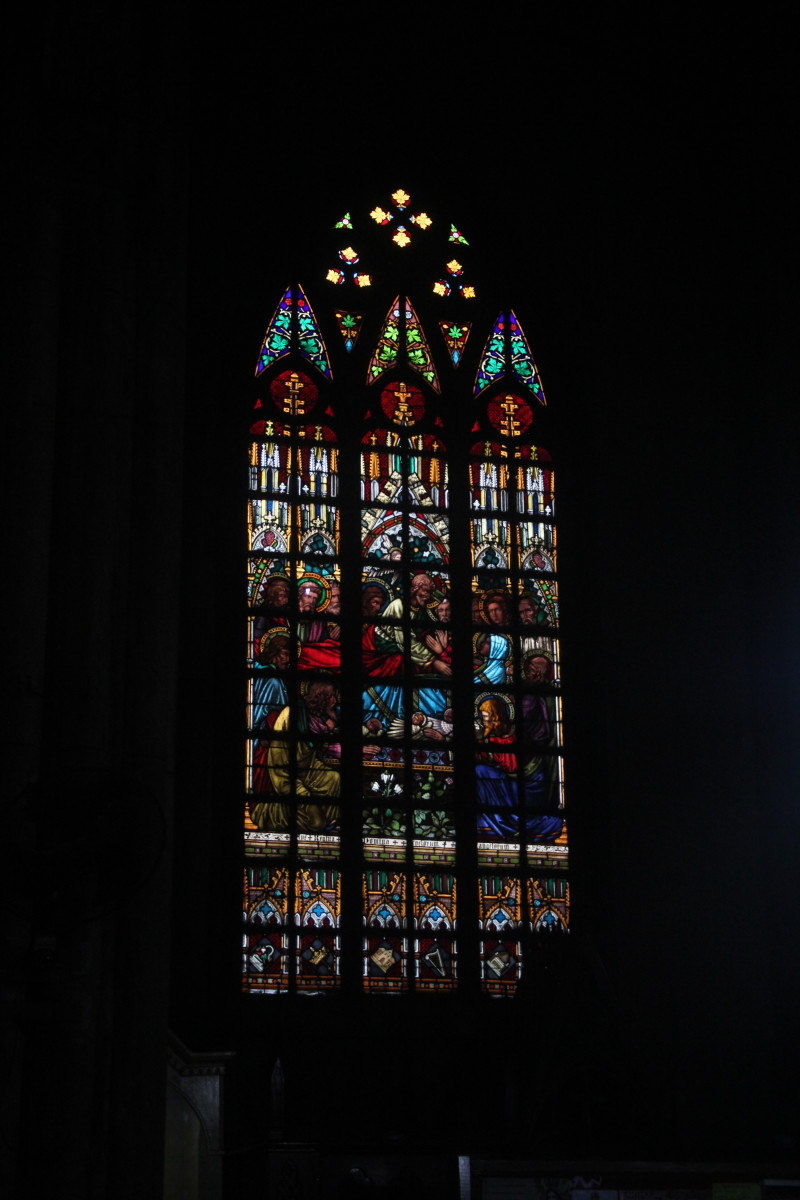 Pointed arch-shaped stained glass window (Photo by the author)