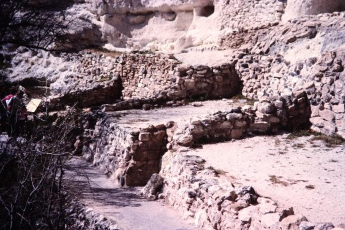 Scenery below the cliff dwelling