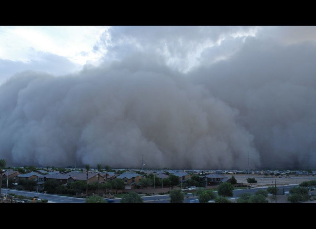 Towering dust storm covers Phoenix