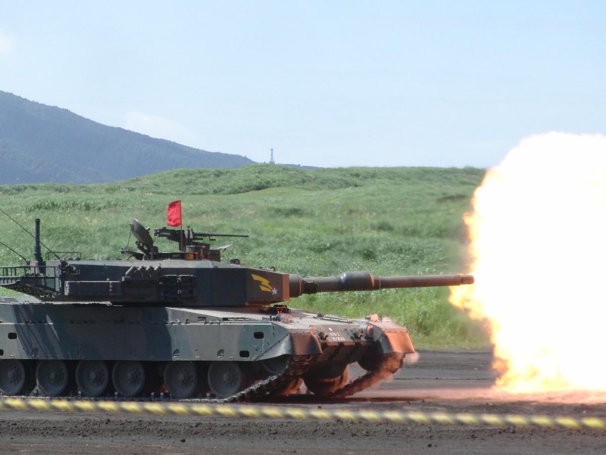 The Japanese Type 90, the in-game Kyu-maru Shiki, firing its main gun