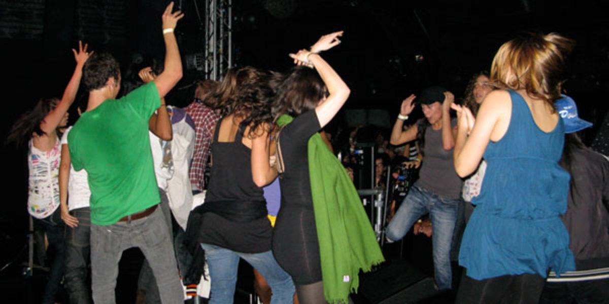 Live Show Dancers in a Loss van Van concert