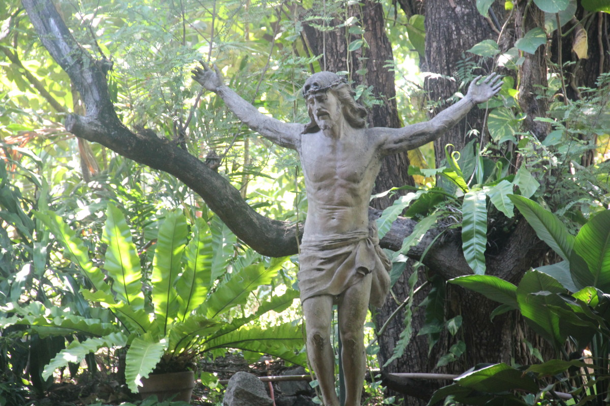 Statue of Jesus behind the altar (Photo by the author)